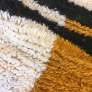 Beni Ouarain n°1097 - Nairobi, tapis marocain, laine, noué, blanc, jaune moutarde, handmade, room rug, contemporain, salon marocain, tapis du montagnes d'atlas, berber handicrafts, soft wool, deco, home design