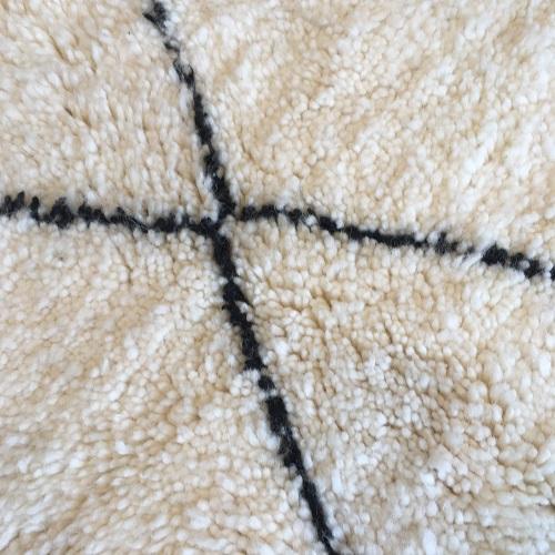 Beni Ouarain n°1101 - Flocon, laine, épais, blanc, losanges en noir, doux, tapis marocain, interior design, salon modern, chambre, deco, soft rugs, marrakech