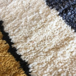 Beni Ouarain n°1120 - Hameçon, tapis marocain, laine, noué, blanc, jaune, gris, handmade, room rug, contemporain, salon marocain, tapis du montagnes d'atlas, berber handicrafts, soft wool, deco, home design