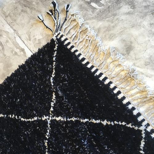 Beni Ouarain n°1119 - Charbon, laine, épais, noir, losanges en blanc, doux, tapis marocain, interior design, salon modern, chambre, deco, soft rugs, marrakech