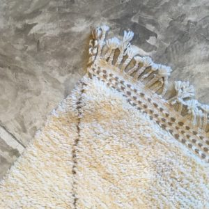 Beni Ouarain N°1118 - Campagne, tapis en laine, blanc et beige, handmade in morocco, atlas mountain rugs, deco, home, salon contemporain, artisanat du marrakech