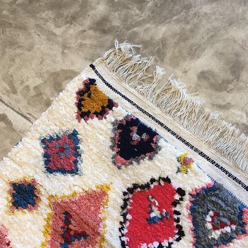 Boucherouite n°1125 - Krema, tapis berbère, fait à la main, moroccan rugs, blanc et motifs colorés, rag rug, blanc, coloré, couloir, home, interior design, décoration moderne