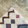 Boucherouite n°1127 - Stone, tapis berbère, fait à la main, moroccan rugs, blanc et motifs colorés, rag rug, blanc, coloré, couloir, home, interior design, décoration moderne