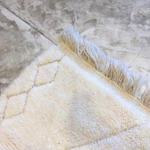 Beni Ouarain N°1110 - Bianca, tapis marocain, wool, handmade by berber women, deco & home, design d'intérieur, artisanalement fabrique au maroc, marrakech, blanc brodé