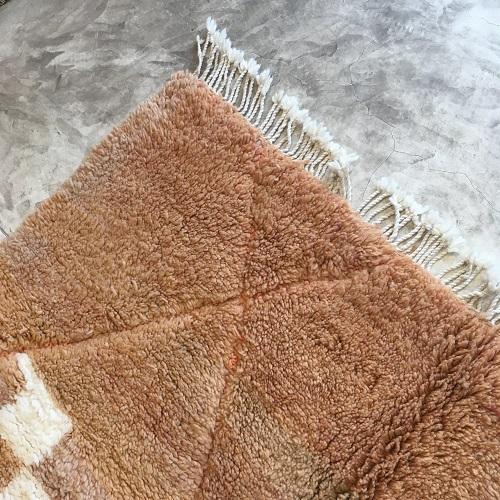 Beni Ouarain n°1107 - Ecureuil, tapis marocain, laine, noué, blanc et orange,handmade, room rug, contemporain, salon marocain, tapis du montagnes d'atlas, berber handicrafts, soft wool, woven, deco, home design