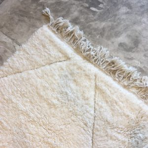 Beni ouarain n1108- blanche Colombe, blanc, brodé, laine, épais, handmade, knotted, marrakech, morocco rug