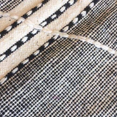 Zanafi n°1133 - Valet, tapis tissé, noie, laine, handmade, moroccan rug, furniture, deco, entrée, kids room, artisanat de marrakech, motifs blancs, design d'intérieur