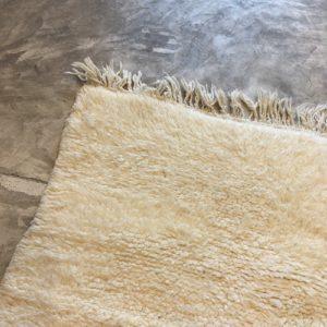 Beni ouarain n1153- White spirit, blanc, uni, laine, épais, handmade, knotted, marrakech, morocco rug