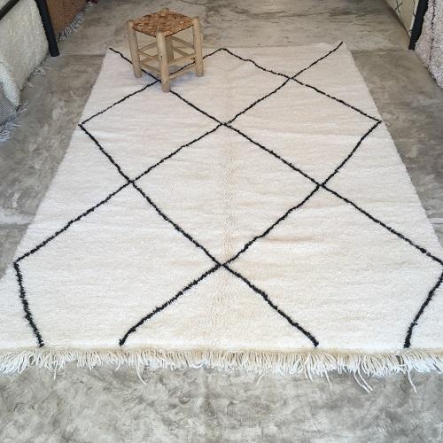 Beni Ouarain n°1157 - Flocon, laine, épais, blanc, losanges en noir, doux, tapis marocain, interior design, salon modern, chambre, deco, soft rugs, marrakech