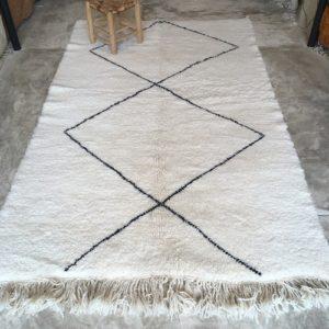 Beni Ouarain n°1048 - Flocon, laine, épais, blanc, losanges en noir, doux, tapis marocain, interior design, salon modern, chambre, deco, soft rugs, marrakech