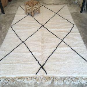 Beni Ouarain n°1170 - Flocon, laine, épais, blanc, losanges en noir, doux, tapis marocain, interior design, salon modern, chambre, deco, soft rugs, marrakech